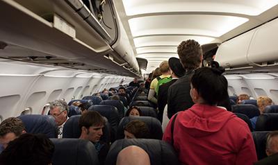 pasajeros entrando a avión